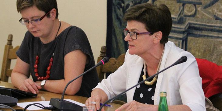 Krystyna Szumilas (Klub Parlamentarny Platforma Obywatelska), zastępca przewodniczącego Sejmowej Komisji Edukacji, Nauki i Młodzieży. W okresie od 18 listopada 2011 do 27 listopada 2013 była Ministrem Edukacji Narodowej. Z lewej: Katarzyna Lubnauer.