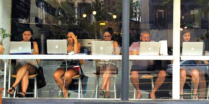 Polacy lubią być online podczas wakacji